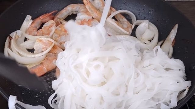 Boiled Pho And Shrimps Cook